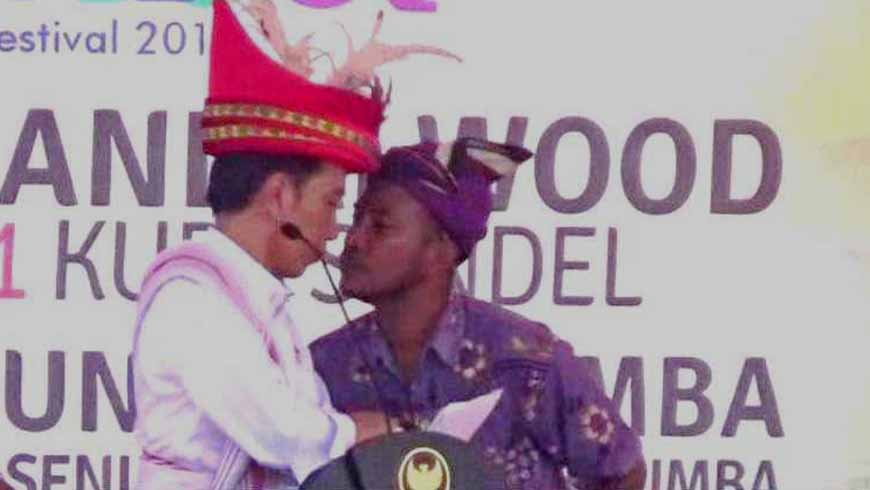 Jokowi dicium pria