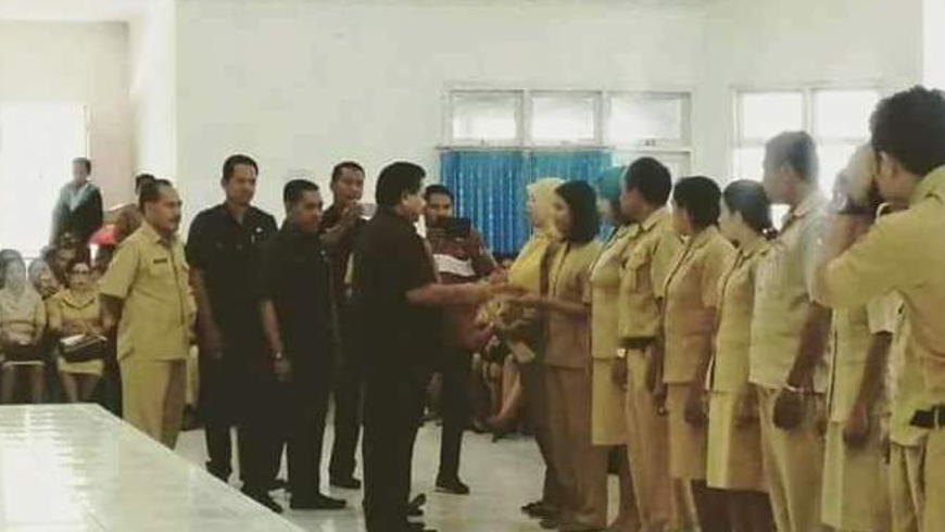 Bupati Sumba Timur Menyerahkan SK PTT