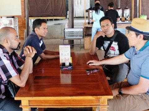 Thony Saut Situmorang Bersama Jurnalis