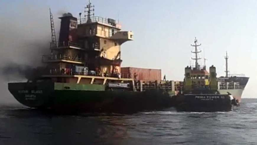 Kapal Cargo Terbakar