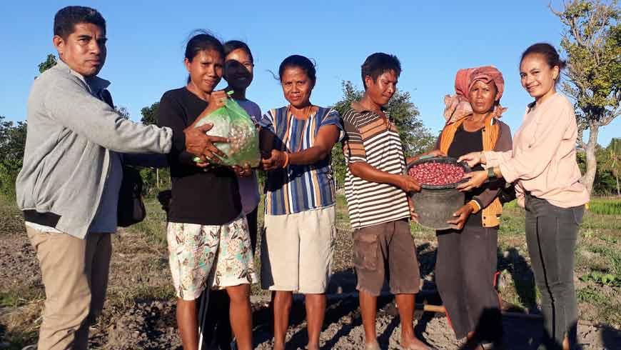 Wartawan serahkan bantuan bibit ke petani